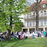Bild: Beim Frühlingsflohmarkt im letzten Jahr nutzten zahlreiche Anbieter und Besucher die Gelegenheit, Schnäppchen zu machen (Foto: Niederlausitzer Netzwerk Gesunde Kinder)