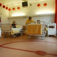 """Bild 2: Bei der Elternakademie """"Mein Kind im Krankenhaus"""" wird auch die Kinderklinik in Lauch-hammer besichtigt – Gestaltet ist hier alles nach dem Motto """"Die Welt ist rund"""" wie zum Beispiel das """"Basketballzimmer"""" (Foto: Steffen Rasche)"""