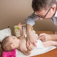 """Babys richtig wickeln und mehr können (werdende) Väter in der Elternakademie """"papa.ante.partus – Geburtsvorbereitungskurs für Männer"""" (Fotolia.com ©David Pereiras)"""