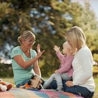 Durch startsocial wird das ehrenamtliche Engagement, hier Familienpaten, die Eltern bis zum dritten Lebensjahr des Kindes begleiten, gestärkt. (Foto: © Netzwerk Gesunde Kinder)