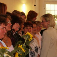 Bild 1: Am 1. Juni 2006 heißt Dagmar Ziegler (re), Ministerin für Arbeit, Soziales, Gesundheit und Familie, die ersten Familienpaten im Niederlausitzer Netzwerk Gesunde Kinder Willkommen