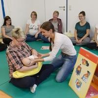 Hebamme Tabea Meier (Mitte) bietet ab sofort immer Montags im Krankenhaus in Senftenberg Geburtsvorbereitungskurse an.  Foto: Klinikum Niederlausitz / Steffen Rasche