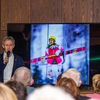 Die Zuschauer hören gespannt den Ausführungen von Jens Weißflog zu (Foto: LéonWood®, Ariane Dietrich) (Bild: 2/6)