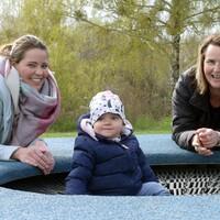 Bild 1: Anja Dahl (re.), bereits seit 10 Jahren Familienpatin im Netzwerk Gesunde KInder, trifft sich mit Nancy Mendritzki und Töchterchen Nila (16 Monate) in Corona-Zeiten auf dem Spielplatz