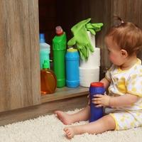 Bild: Reinigungsmittel- und Desinfektionsmittel sollten kindersicher aufbewahrt werden, um gesundheitliche Schäden bei Kindern zu vermeiden. (Foto: AdobeStock © Africa Studio)