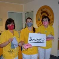 Bild 1: Lydia Klunker (Mitte;  Pflegebereichsleitung im Klinikum Niederlausitz) und ihre Kolleginnen freuen sich über die selbstgenähten Atemschutzmasken. Foto: Netzwerk Gesunde Kinder / Daniela Graß