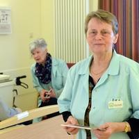 """Gerlinde Perzynski besucht seit fast 20 Jahren als """"Grüne Dame"""" regelmäßig dienstags Patienten im Krankenhaus in Lauchhammer (Foto: Steffen Rasche)"""
