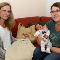 Bild 1: Baby Neelia ist das 2.000 Kind im Niederlausitzer Netzwerk Gesunde Kinder - Familienpatin Steffi Jablonka (li.) freut sich gemeinsam mit Mutter Sabine Peuker (re.) über den Nachwuchs